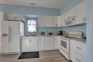 A kitchen or kitchenette at Pittsburg Cabin - 300 Yards to Pomme de Terre Lake