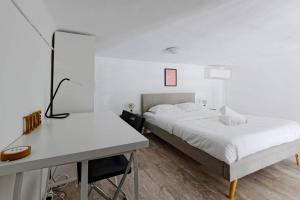 A bed or beds in a room at LE PARADIS DE LA JOLIETTE