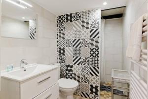 A bathroom at LE PARADIS DE LA JOLIETTE