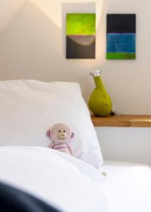 En eller flere senge i et værelse på Einzigartig - Das kleine Hotel im Wasserviertel