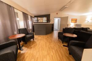 Coin salon dans l'établissement Tana Hotel & Camping