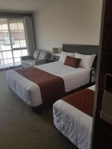A bed or beds in a room at Ararat Colonial Lodge Motel
