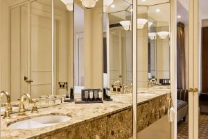 A bathroom at Stamford Plaza Melbourne