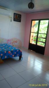 A bed or beds in a room at Farol de Itapuã B£B