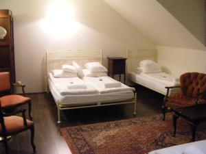 Łóżko lub łóżka w pokoju w obiekcie Dworek Lachowicze