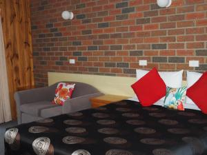 A bed or beds in a room at Country Road Motel St Arnaud