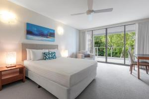 A bed or beds in a room at Imagine Drift Palm Cove