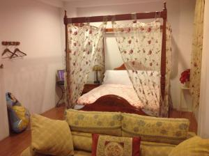 A bed or beds in a room at Prince and Princess