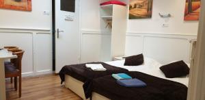A bed or beds in a room at De Zevende Hemel