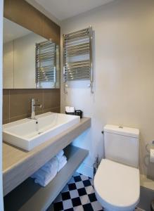 A bathroom at Kew Gardens Hotel
