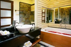 A bathroom at Taman Sari Bali Villas Kerobokan