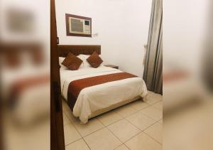 Cama ou camas em um quarto em وردة حراء للشقق المفروشة