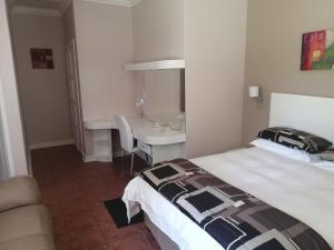 A bed or beds in a room at Thatchers Guest Rooms