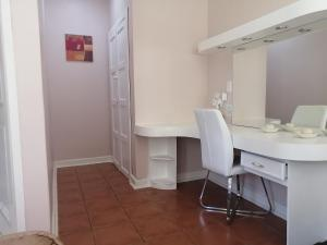 A bathroom at Thatchers Guest Rooms
