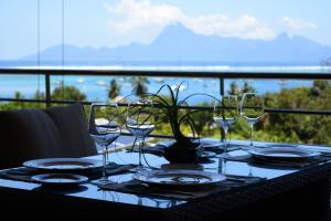 Um restaurante ou outro lugar para comer em Manuia standing apartment -with sea view pool gym - 4 people