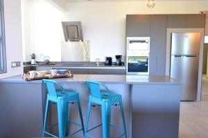 A cozinha ou cozinha compacta de Manuia standing apartment -with sea view pool gym - 4 people