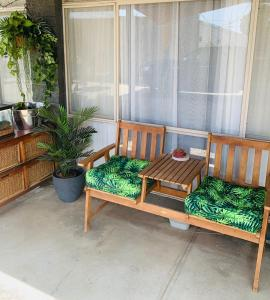 A seating area at Thomas Lodge Motel