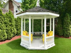 A garden outside Greenview Manor, Luxury Bed & Breakfast