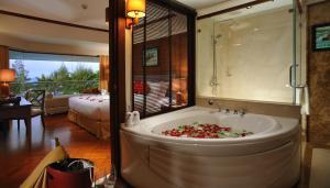 Ванная комната в Aonang Villa Resort