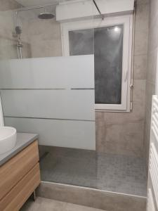 A bathroom at Cosy studio Chaumoncel sucy en brie