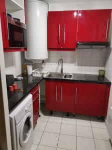 A kitchen or kitchenette at Cosy studio Chaumoncel sucy en brie