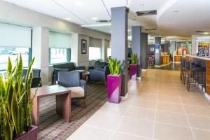 The lounge or bar area at Holiday Inn Express - Glasgow - City Ctr Riverside, an IHG Hotel