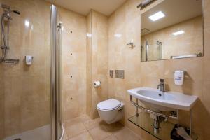 A bathroom at Penzion V Ráji
