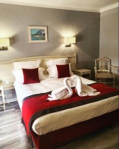 A bed or beds in a room at La Côte Bleue