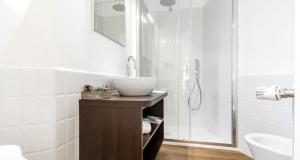 A bathroom at B&B Bonaparte Suites