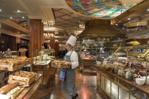 Ein Restaurant oder anderes Speiselokal in der Unterkunft Maritim Hotel Bremen