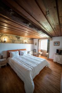 A bed or beds in a room at Casa de Sta Comba