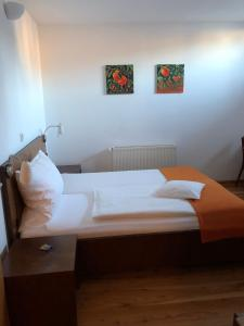 A bed or beds in a room at Zur Ludwigsbahn