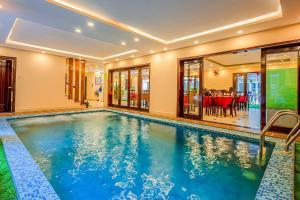 Der Swimmingpool an oder in der Nähe von Golden River Hotel