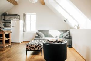 Ein Sitzbereich in der Unterkunft Apartments and Rooms Meščanka