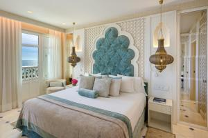 A bed or beds in a room at Gran Hotel Miramar GL