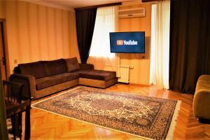 Uma TV ou centro de entretenimento em Central Park Apartment