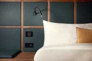 A bed or beds in a room at Met Hotel Amsterdam