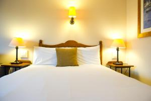 A bed or beds in a room at Innkeeper's Lodge Glasgow, Strathclyde Park