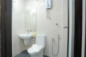 A bathroom at Bitz Bintang Hotel