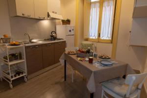 A kitchen or kitchenette at Sichelgaita Apartment