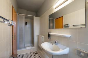 A bathroom at a&o Hamburg Reeperbahn