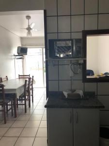 A kitchen or kitchenette at Lindo apartamento super completo em Meia Praia, 100 metros do mar e 10 quadras do centro