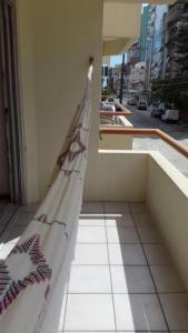 A balcony or terrace at Lindo apartamento super completo em Meia Praia, 100 metros do mar e 10 quadras do centro