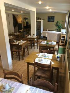 A restaurant or other place to eat at Escal Hôtel