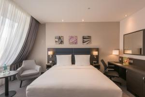 A bed or beds in a room at Hilton Garden Inn Frankfurt City Centre