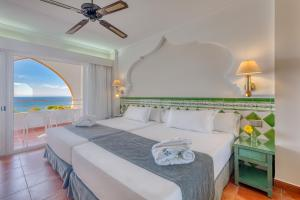 Een bed of bedden in een kamer bij Playacálida Spa Hotel Luxury