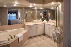 A bathroom at French Quarter Resort