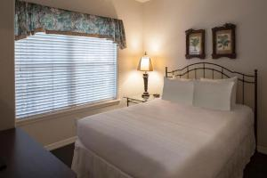 A bed or beds in a room at French Quarter Resort