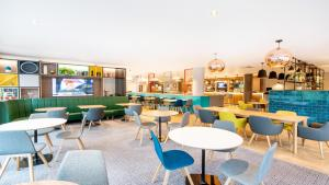 The lounge or bar area at Holiday Inn London Luton Airport, an IHG Hotel