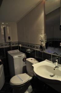 A bathroom at Comfort Deluxe Kosmos Apartments